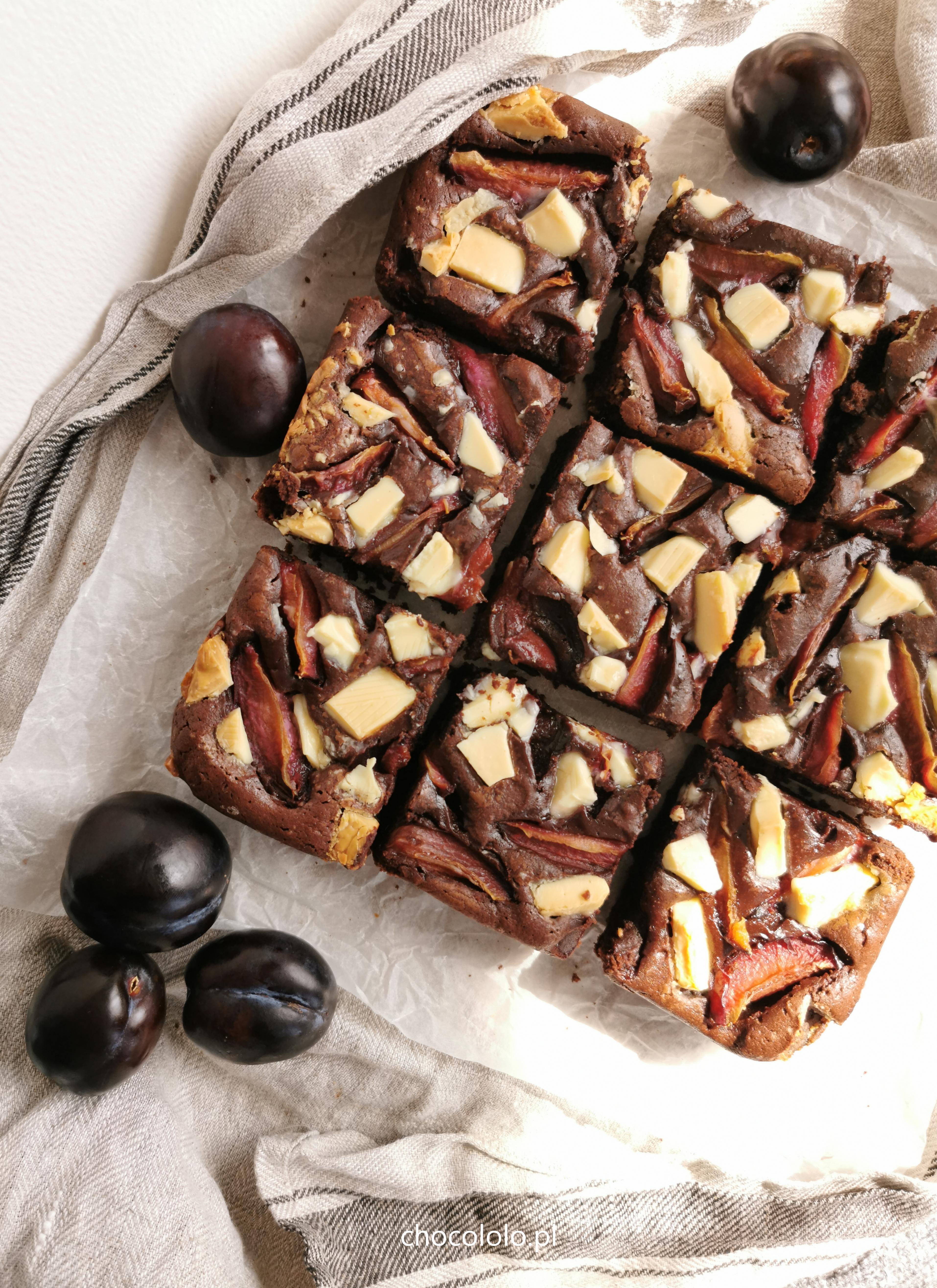 brownie ze śliwkami i białą czekoladą
