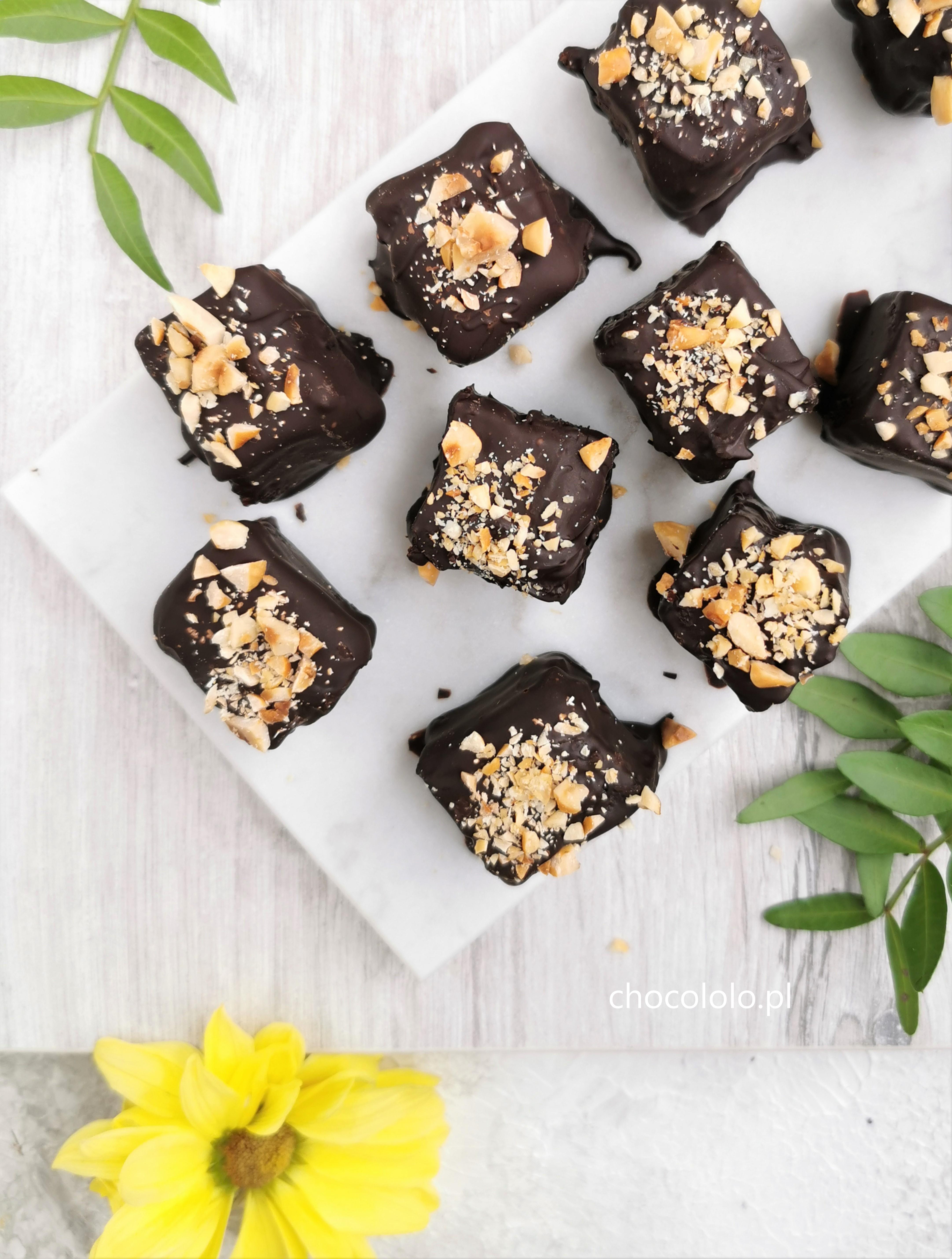 czekoladowe-fit-kosteczki-z-daktylami-i-orzechami-1