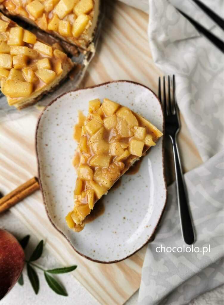 sernik z białą czekoladą i jabłkami z sosem krówkowym