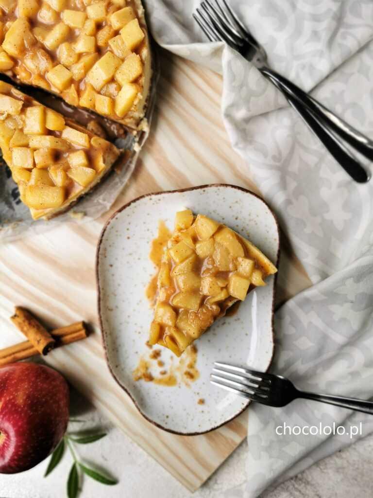 sernik z białą czekoladą i jabłkami z sosem krówkowym 1b