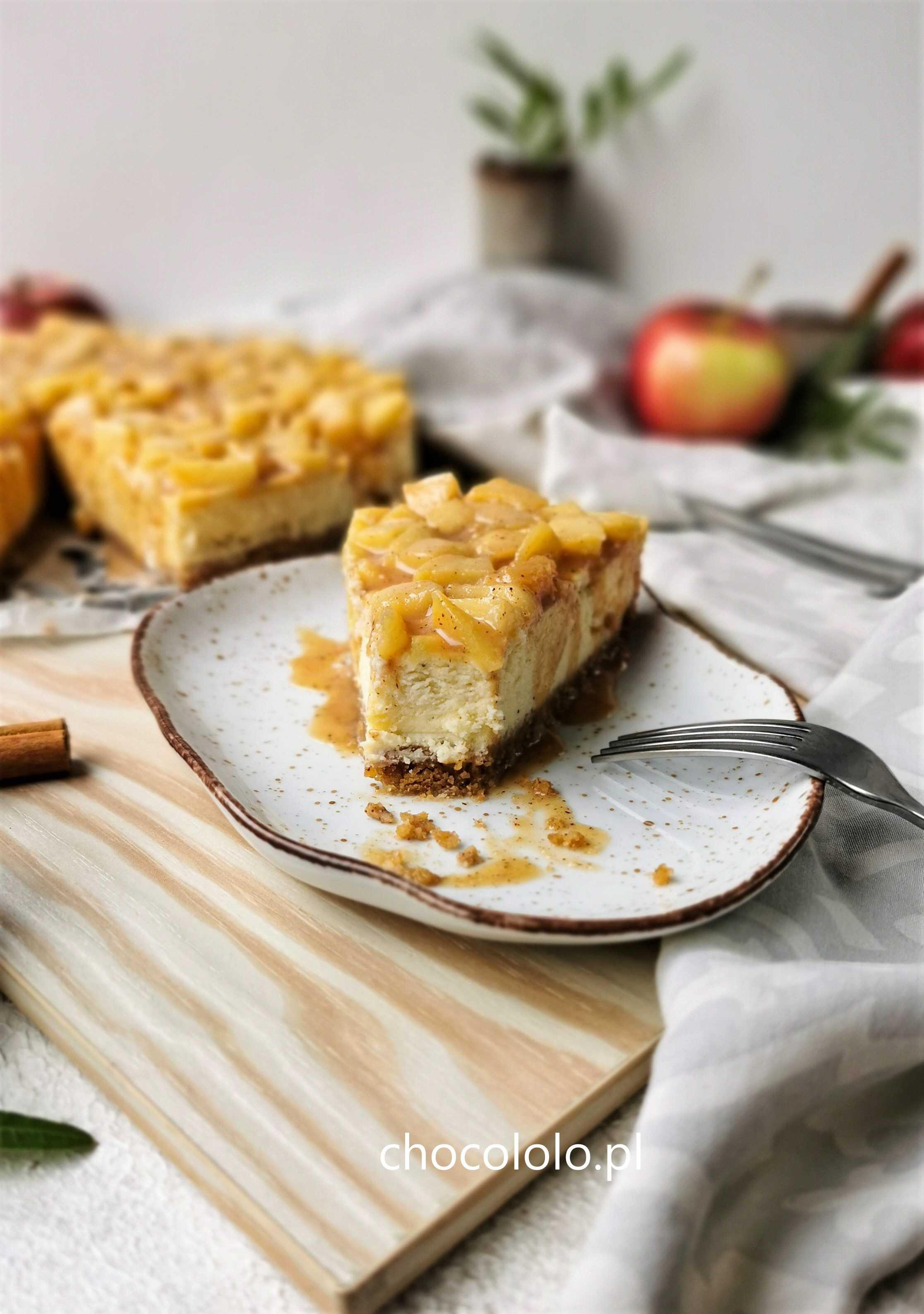 sernik z białą czekoladą i jabłkam 1aa