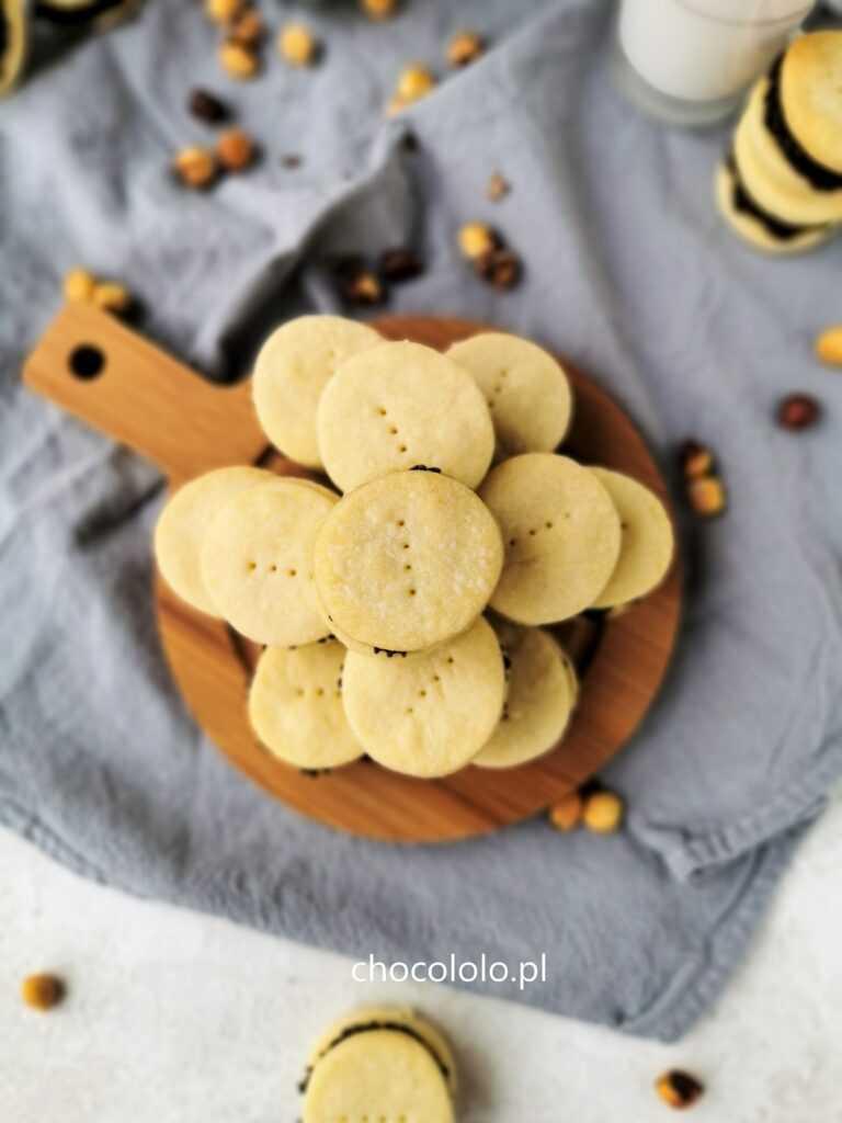 Maślane ciasteczka z kremem czekoladowo-orzechowym 1