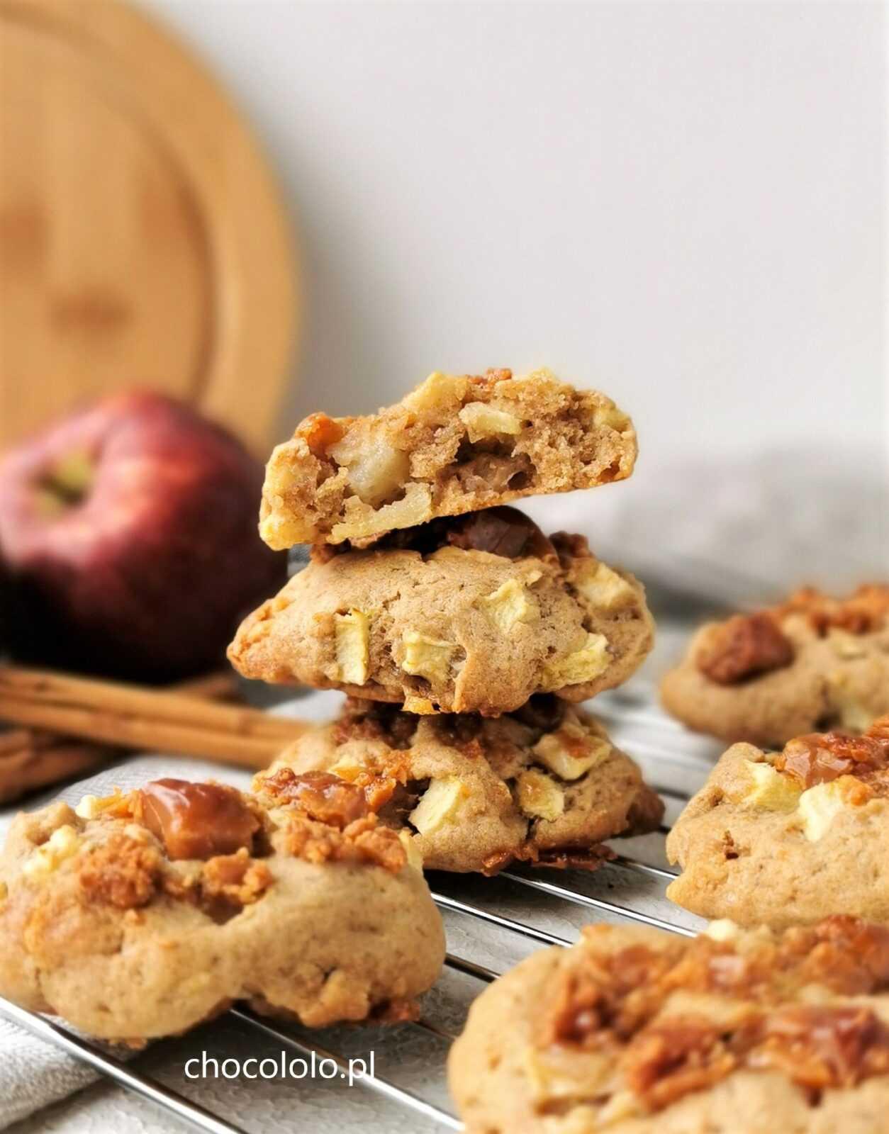ciasteczka z jabłkami, białą czekoladą i krówkami 1