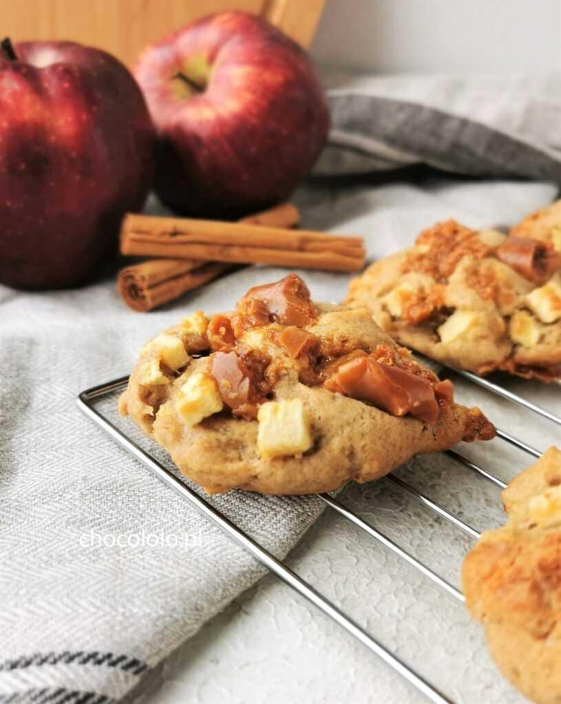 ciasteczka z jabłkami, białą czekoladą i krówkami 1a