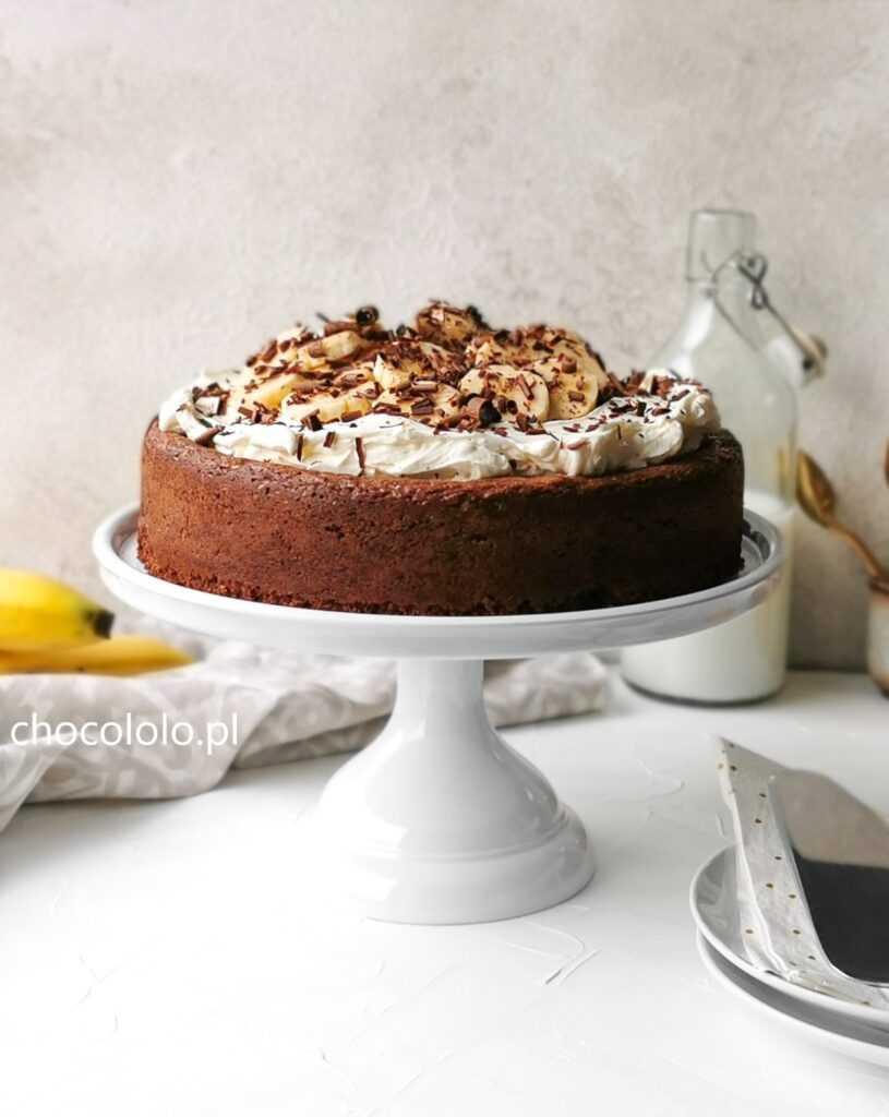bezmączne ciasto czekoladowe z kremem i bananami