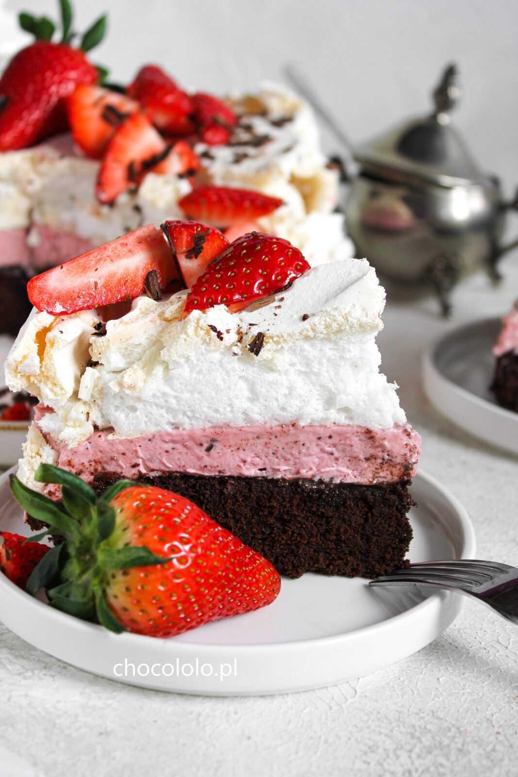 ciasto czekoladowe z kremem truskawkowym i bezą 2