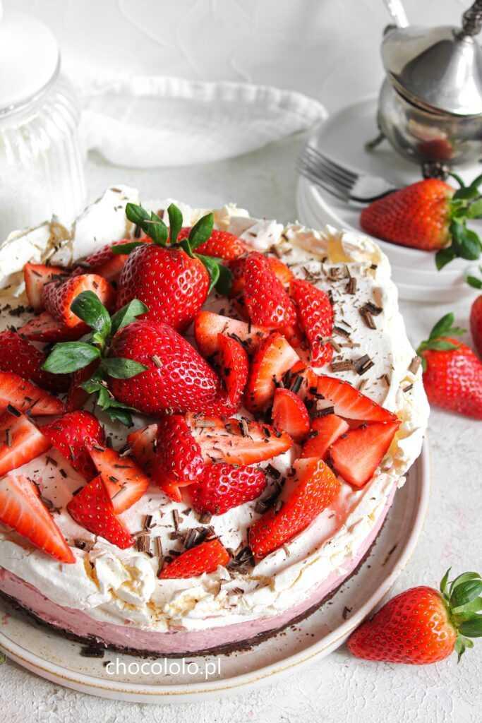 ciasto czekoladowe z kremem truskawkowym i bezą 3