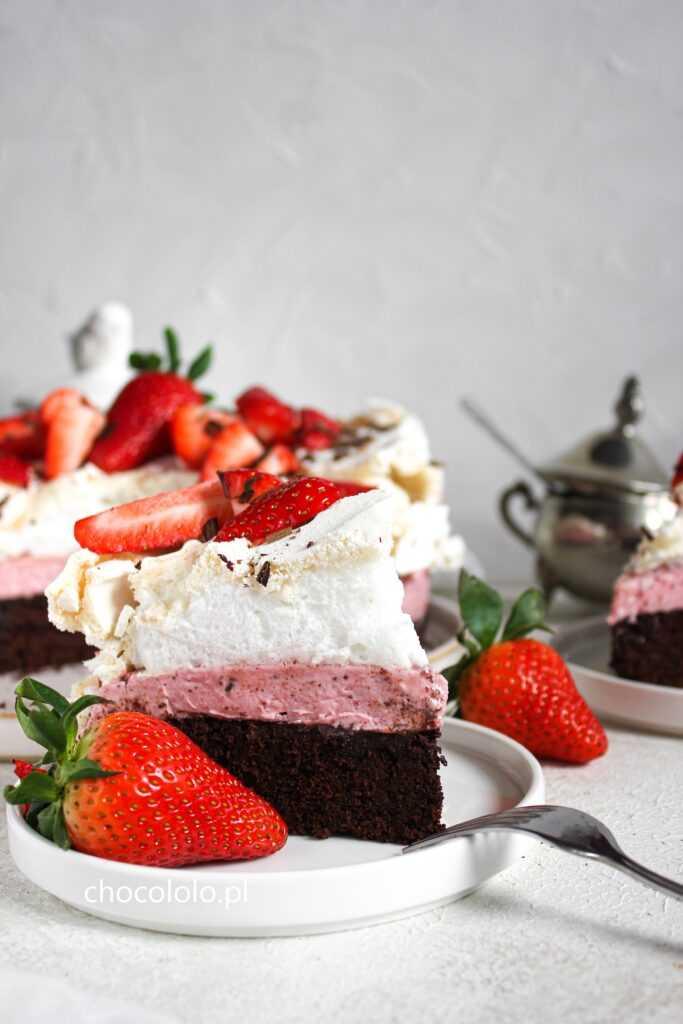 ciasto czekoladowe z kremem truskawkowym i bezą