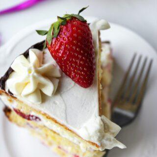 Tort kokosowy z białą czekoladą i truskawkami