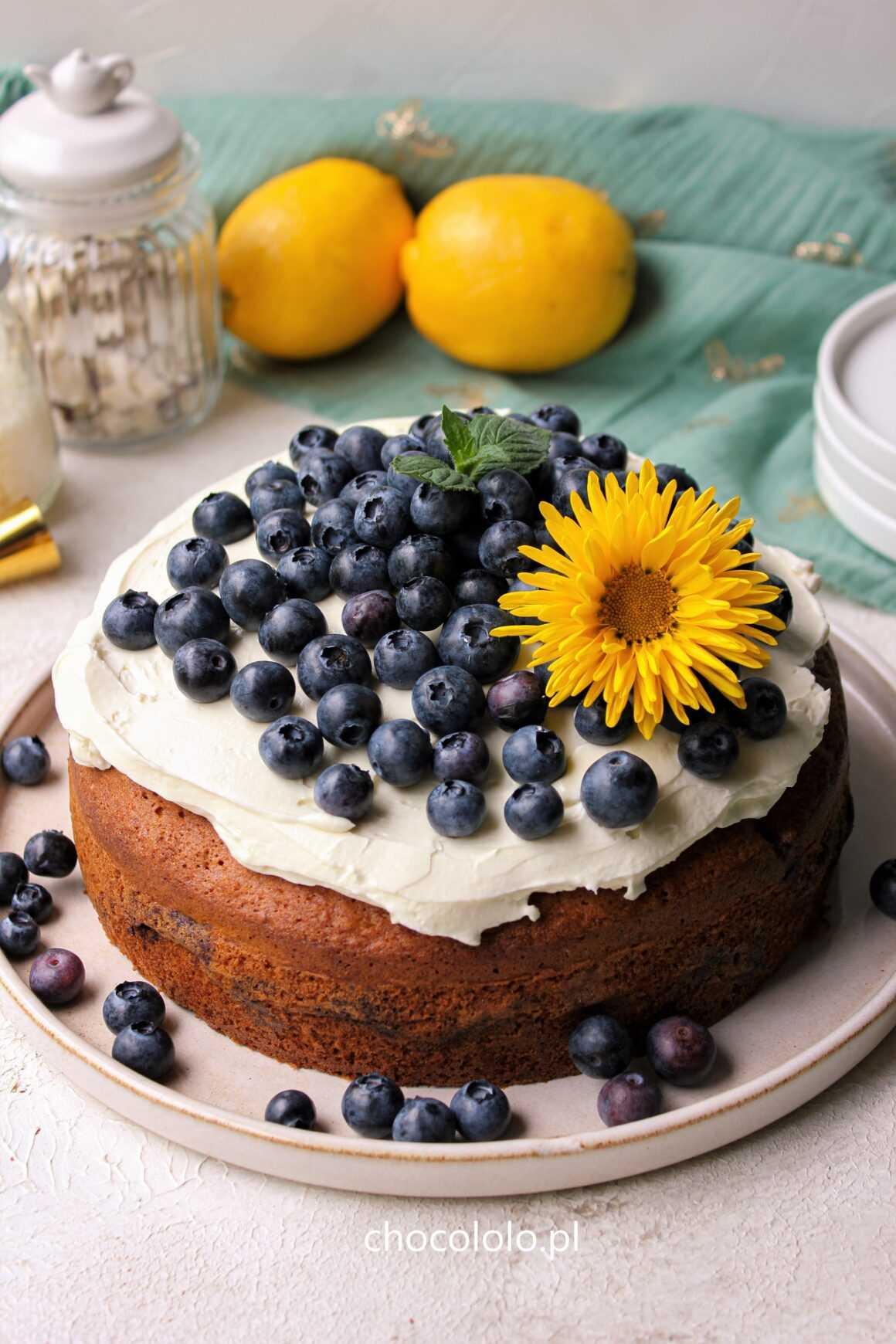 cytrynowe ciasto z białą czekoladą, kremem i borówkami
