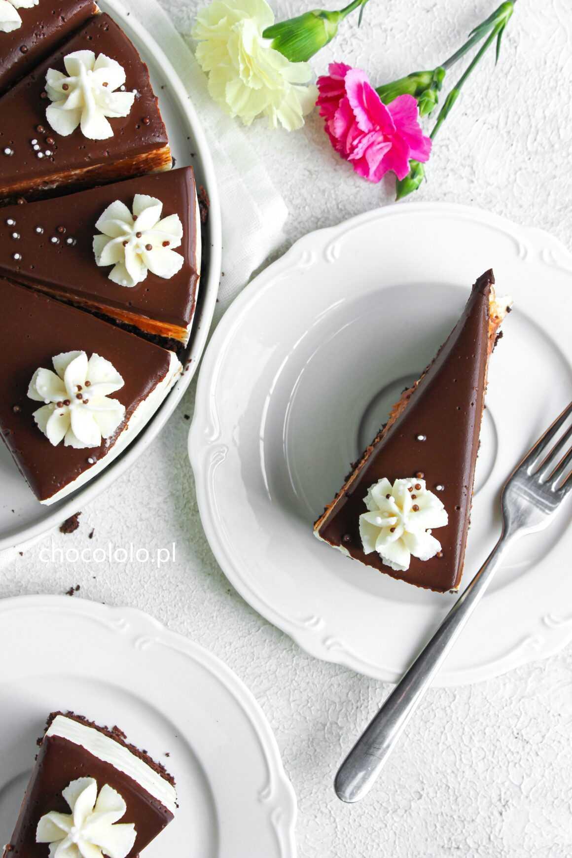 śmietanowiec z brzoskwiniami na czekoladowym spodzie
