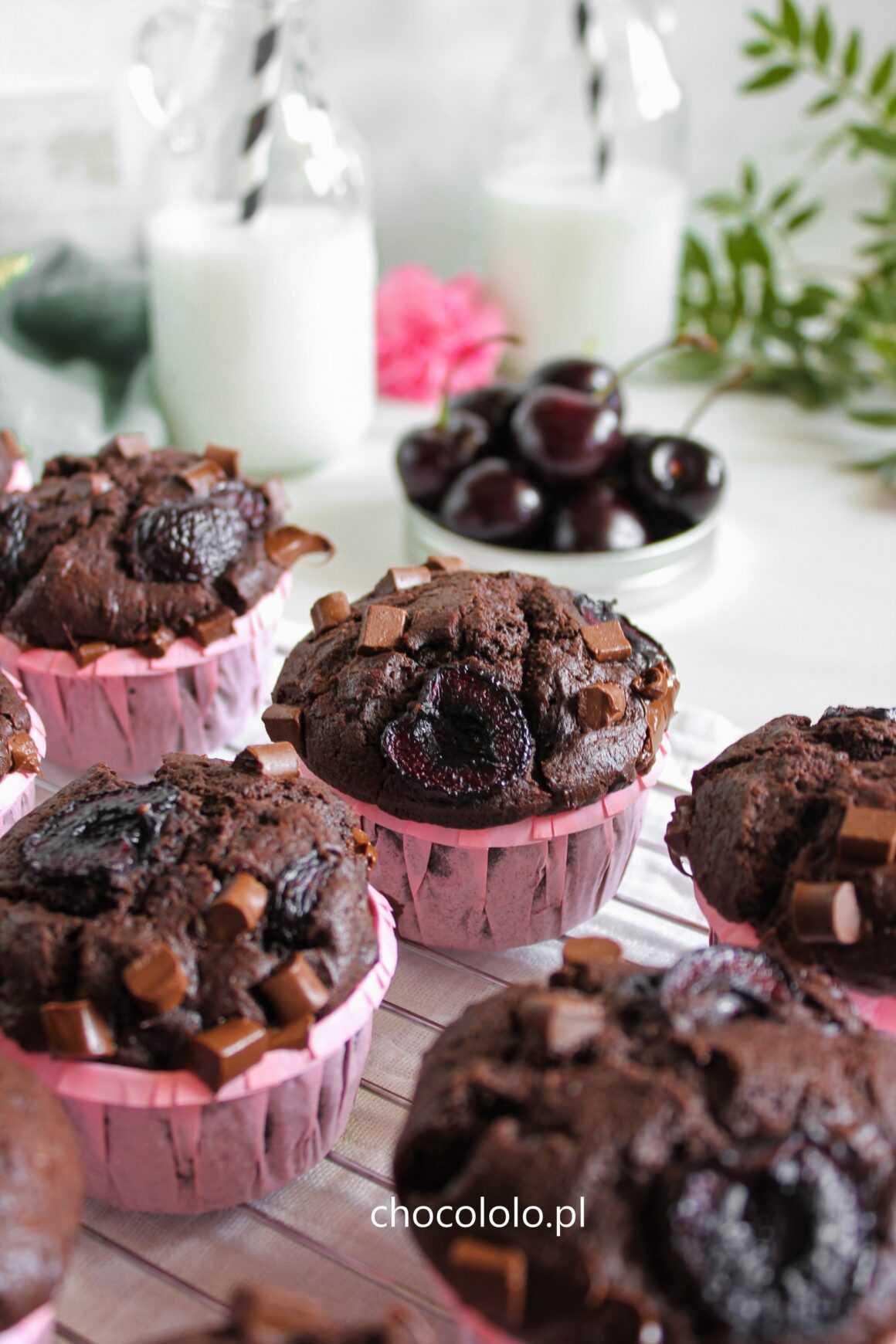 czekoladowe muffinki z czereśniami